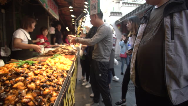 stockvideo's en b-roll-footage met hubu lane in wuhan city - markt