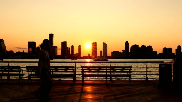 stockvideo's en b-roll-footage met hudson river park zonsondergang - new jersey