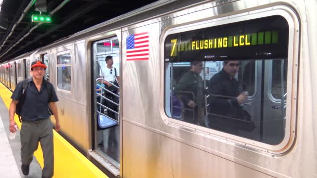 hudson yards subway, 7 train, new york city - västerländsk text bildbanksvideor och videomaterial från bakom kulisserna