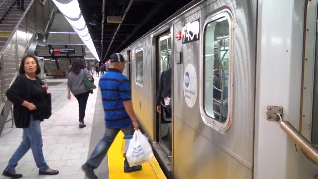 hudson yards subway, 7 train, new york city - high street stock-videos und b-roll-filmmaterial