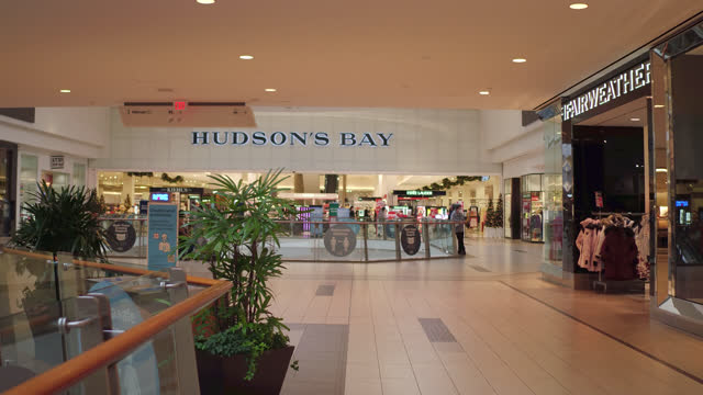 vidéos et rushes de hudson's bay store inside of the scarborough town centre seen on november 7, 2020; in toronto, ontario, canada. the scarborough town centre is a... - panneau d'entrée