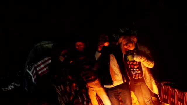 vídeos y material grabado en eventos de stock de abrazo y amigos calientes en noche fría - manta ropa de cama