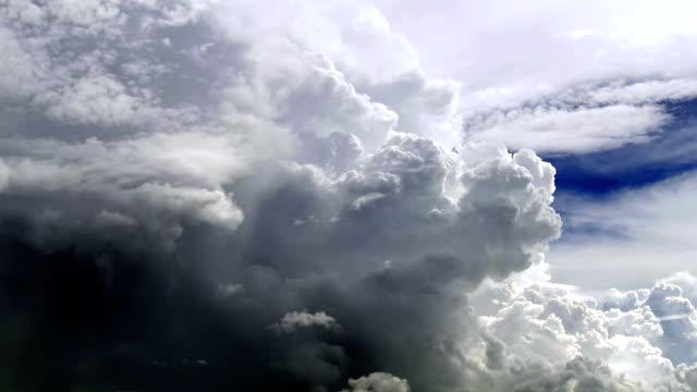 Énorme et grand cumulus bourgeonnants dans le ciel d'été. Tempête est à venir.