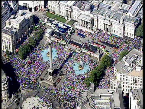 huge crowd gathered at trafalgar square for finale of england cricket team ashes victory parade london; 13 sep 2005 - squadra di cricket video stock e b–roll