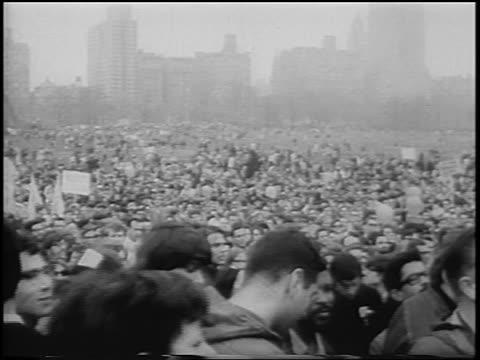 vídeos y material grabado en eventos de stock de b/w 1967 huge crowd of antiwar demonstrators in central park / new york city / newsreel - guerra de vietnam