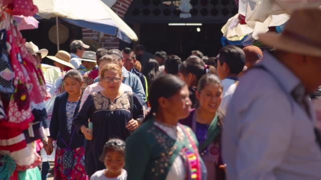 vídeos de stock, filmes e b-roll de huge crowd of marketgoers gather at a market in san cristobal de las casas, chiapas, mexico - tribo norte americana