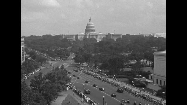 huge crowd of people at washington monument / vs cars in parade route with onlookers, gen. jonathan wainwright and wife kitty waving from convertible... - ホームカミング点の映像素材/bロール