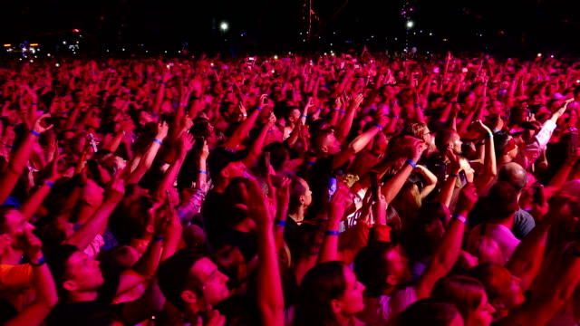vídeos de stock e filmes b-roll de huge crowd of people in ecstasy at a rock concert - evento de entretenimento
