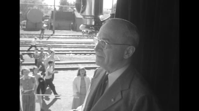 vidéos et rushes de huge crowd of people on trains tracks waving shot from train as it moves away / president harry truman on moving train with kids skipping alongside... - grandes plaines américaines