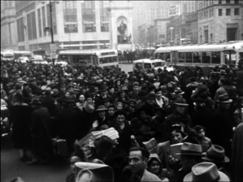 vídeos de stock, filmes e b-roll de b/w 1950 huge crowd of shoppers on city street / educational - 1950