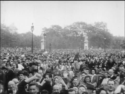 vídeos de stock, filmes e b-roll de pan huge crowd waving in plaza on ve day / newsreel - 1945