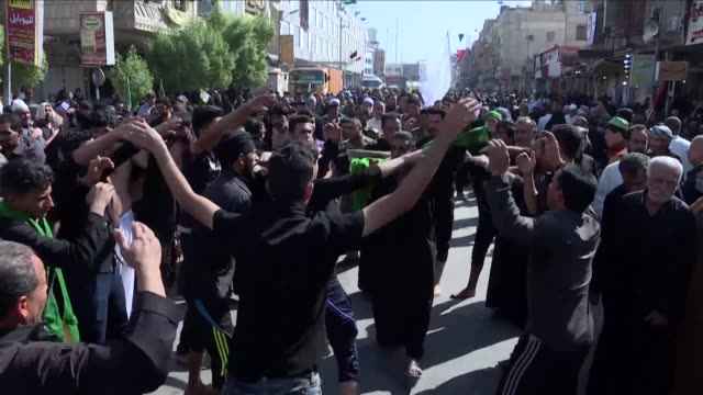 vídeos y material grabado en eventos de stock de huge crowds of black clad shiite muslim pilgrims thronged the iraqi shrine city of karbala on wednesday weeping and beating their chests in mourning... - ashura