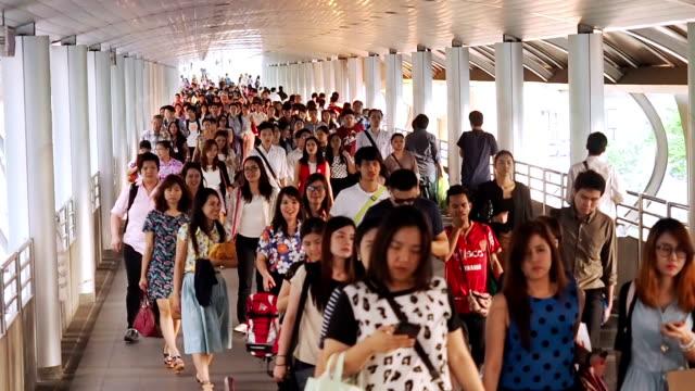 広々とした群衆の人々が散歩をし、スカイトレイン - 列に並ぶ点の映像素材/bロール