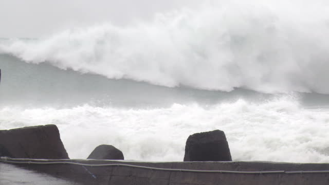 vídeos de stock e filmes b-roll de huge hurricane waves crash ashore - penedo
