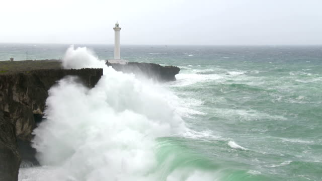 vidéos et rushes de huge hurricane waves crash into cliffs - phare
