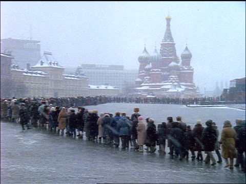 pan huge line waiting to enter lenin's tomb in red square during snowstorm / moscow - moskau stock-videos und b-roll-filmmaterial