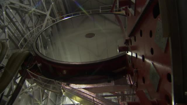 a huge mirror turns on large metal struts. - 光学機器点の映像素材/bロール