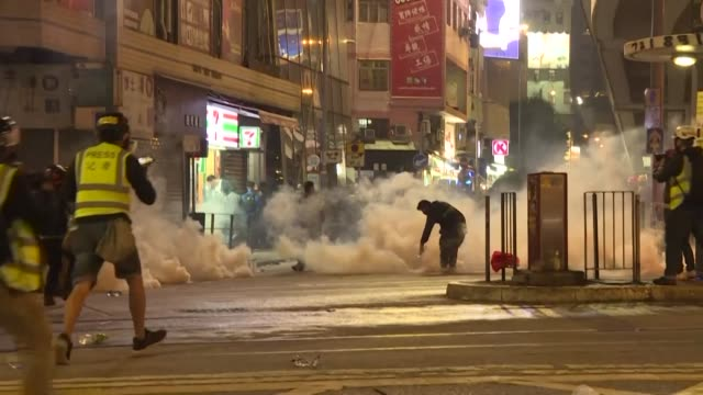 vídeos y material grabado en eventos de stock de huge new year's day pro-democracy rally in hong kong in which the organisers claim over a million people took part end with clashes between police... - manifestante