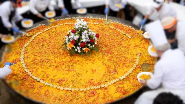 スペインの巨大パエリアパーティー - パエリヤ点の映像素材/bロール