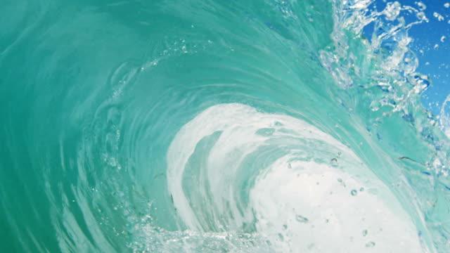 vídeos y material grabado en eventos de stock de gran ideal barreling ola punto de vista como para los recesos de onda plana cámara en la playa de arena en el verano de sol de california. toma en slowmo en la red dragon en 300fps. - pipeline wave