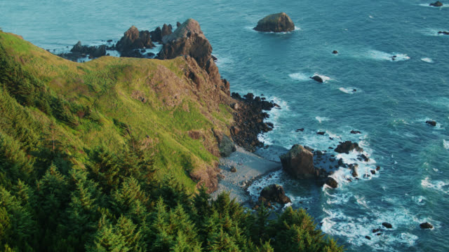 stockvideo's en b-roll-footage met enorme sea stacks voor de kust in de buurt van brooking, oregon - drone shot - oregon coast