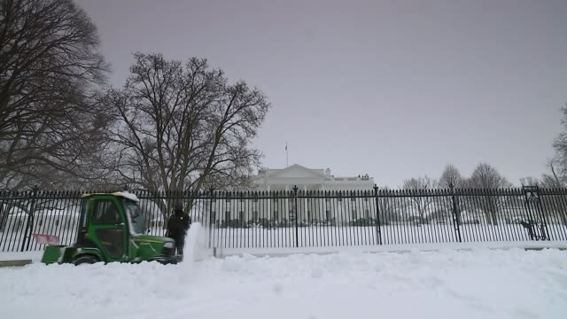 stockvideo's en b-roll-footage met huge snow storm hits the east coast killing at least 9 people; washington: snow plough along past white house man walking across road in white out - itv