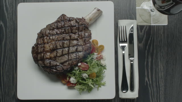 vídeos y material grabado en eventos de stock de huge steak with salad - plato vajilla