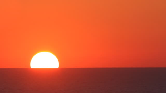 stockvideo's en b-roll-footage met huge sun: the perfect sunrise - horizon