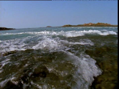 vidéos et rushes de huge tidal swell flows over rocks, buccaneer archipelago, kimberley, western australia - effet visuel