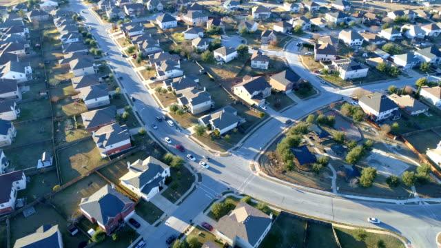 Riesige große Gemeinschaft Häuser Aerial Drone Blick auf Vorort Nachbarschaft mit perfekten Boxen der Häuschen in perfekte Reihen
