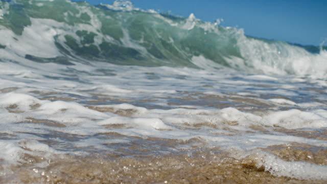 大きな波の上にカメラが浅い砂浜では、カリフォルニアの夏の太陽をお楽しみいただけます。スローモーションで撮影されたもので、レッドの 200FPS 4 K ます。
