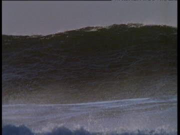 vídeos de stock, filmes e b-roll de huge wave rears up and rolls towards coast, ireland - oceano atlântico