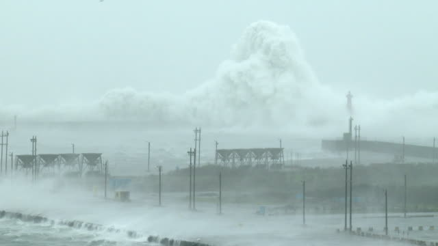 huge waves and violent winds lash hualien port in taiwan during typhoon megi on 27th september 2016 - メギ点の映像素材/bロール