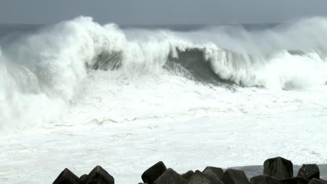 vídeos de stock, filmes e b-roll de huge waves crash into the coast of south east taiwan just hours before super typhoon nepartak makes landfall on 8th july 2016 - quebra mar