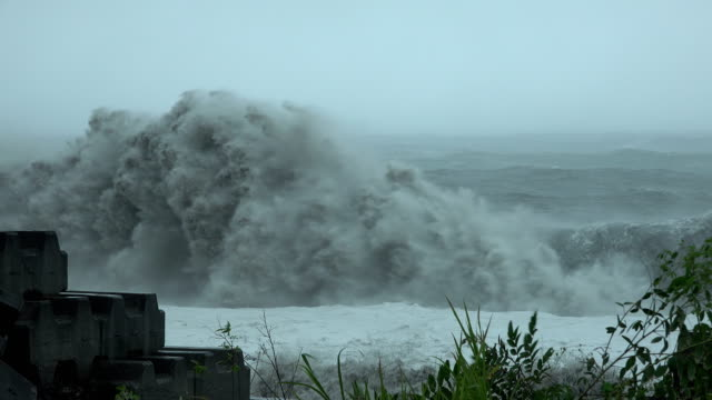 vídeos de stock, filmes e b-roll de huge waves crash onto the coast of taiwan as tropical storm bailu hits the island in august 2019 - ilha