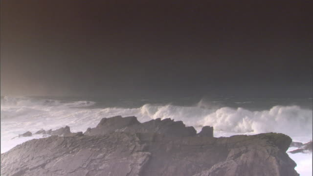 ws huge waves crashing on craggy rocks / county cork, munster, ireland - county cork stock videos & royalty-free footage