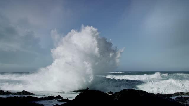 huge waves crashing on oregon coast during pacific storm - crash stock videos & royalty-free footage