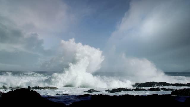 vidéos et rushes de huge waves crashing on oregon coast during pacific storm - littoral