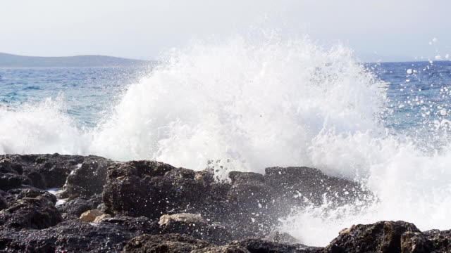 stockvideo's en b-roll-footage met hd super slow mo: huge waves crushing at rocks - waterkant