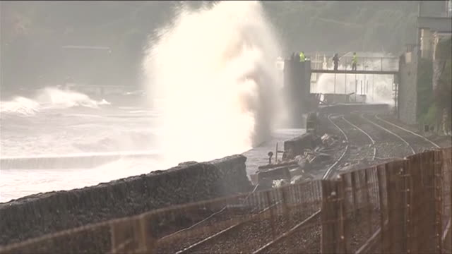 vidéos et rushes de huge waves destroy railway line in the devon town of dawlish, during severe weather conditions - érodé