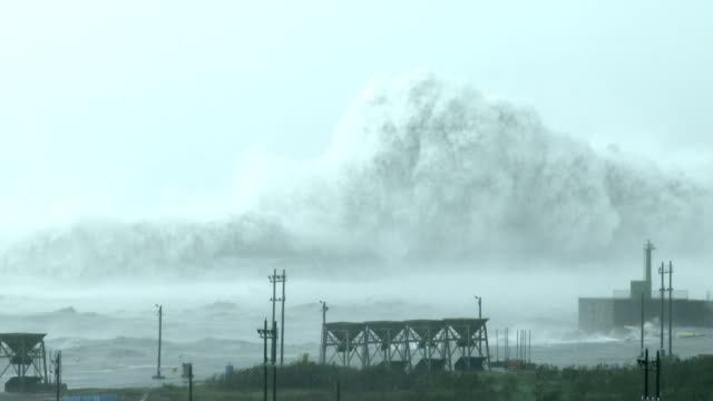 huge waves from typhoon megi crash into hualien port in taiwan on 27th september 2016 - メギ点の映像素材/bロール