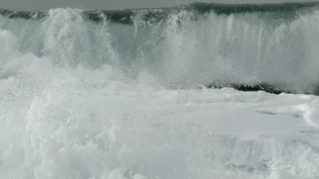 vidéos et rushes de vagues immenses sur la côte - tsunami