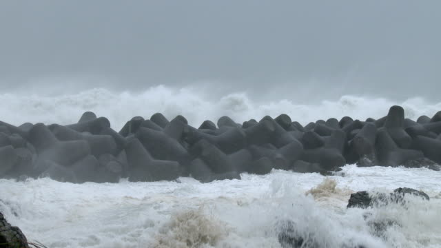vidéos et rushes de huge waves spawned by typhoon halong crash into sea defenses on the south coast of japan on 8th august 2014 - terre en vue