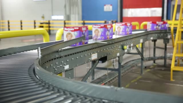 stockvideo's en b-roll-footage met huggies little movers diapers are manufactured and packaged inside the kimberly clark manufacturing facility in paris texas us on october 26th 2015... - luier