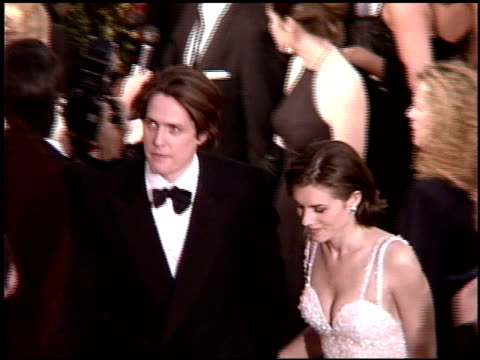 stockvideo's en b-roll-footage met hugh grant at the 1995 academy awards arrivals at the shrine auditorium in los angeles california on march 27 1995 - 1995