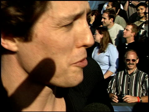 hugh grant at the 1999 mtv movie awards entrances at barker hanger in santa monica, california on june 5, 1999. - 1999 bildbanksvideor och videomaterial från bakom kulisserna