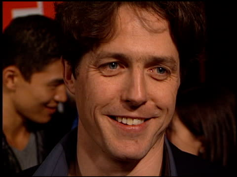 hugh grant at the edtv premiere at universal amphitheatre in universal city, california on march 16, 1999. - 1999 bildbanksvideor och videomaterial från bakom kulisserna
