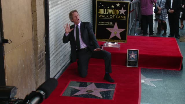 vídeos de stock e filmes b-roll de hugh laurie honored with star on the hollywood walk of fame at hollywood walk of fame on october 25, 2016 in hollywood, california. - stephen fry
