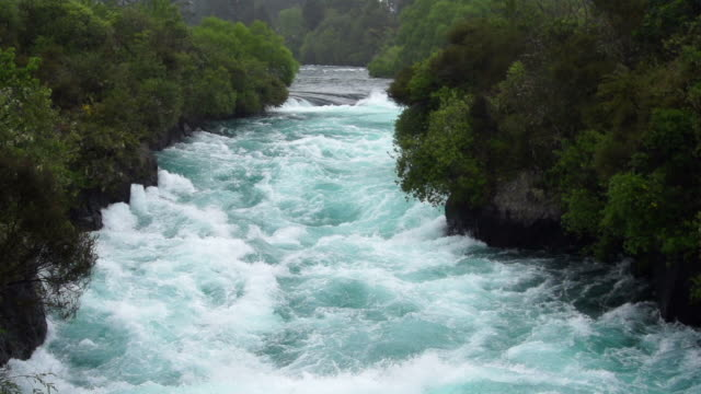 slowmotion: wasserfälle huka falls, nz - fluss stock-videos und b-roll-filmmaterial