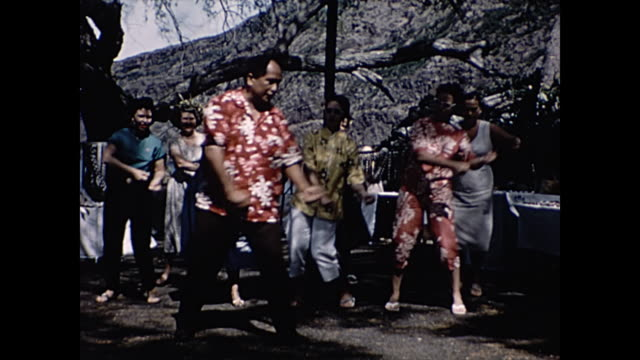 vídeos de stock, filmes e b-roll de 1960 hula dance class home movie - cultura do havaí